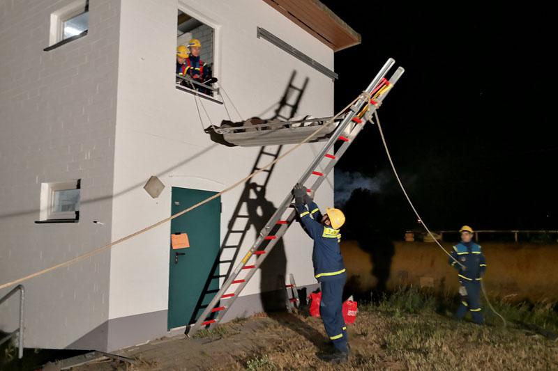 Die Jugendgruppe rettet eine Person aus dem Obergeschoss.
