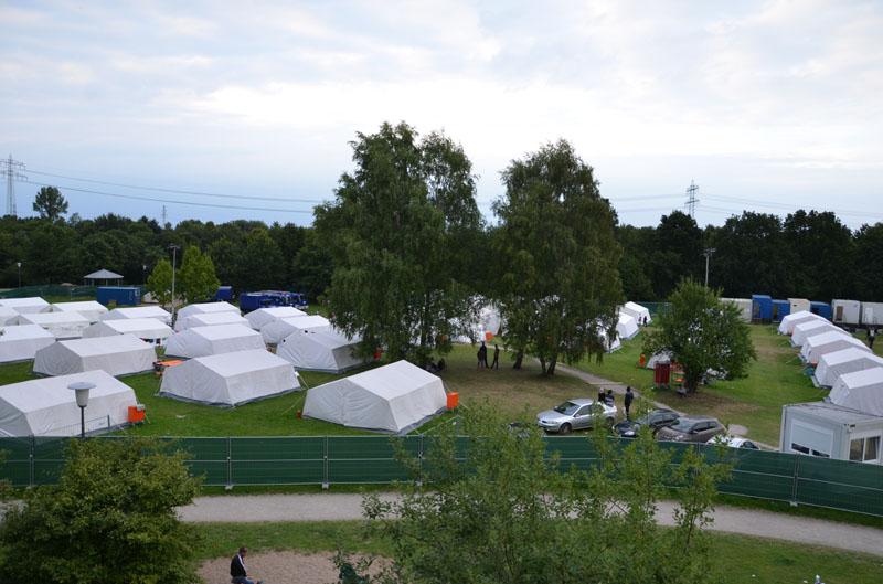 Da die Standorte der Zentralen Erstaufnahme für Asylsuchende an ihre Kapazitätsgrenzen stieß, mussten kurzfristig zusätzliche Plätze, wie die Notunterkunft im Jenfelder Moorpark, geschaffen werden.