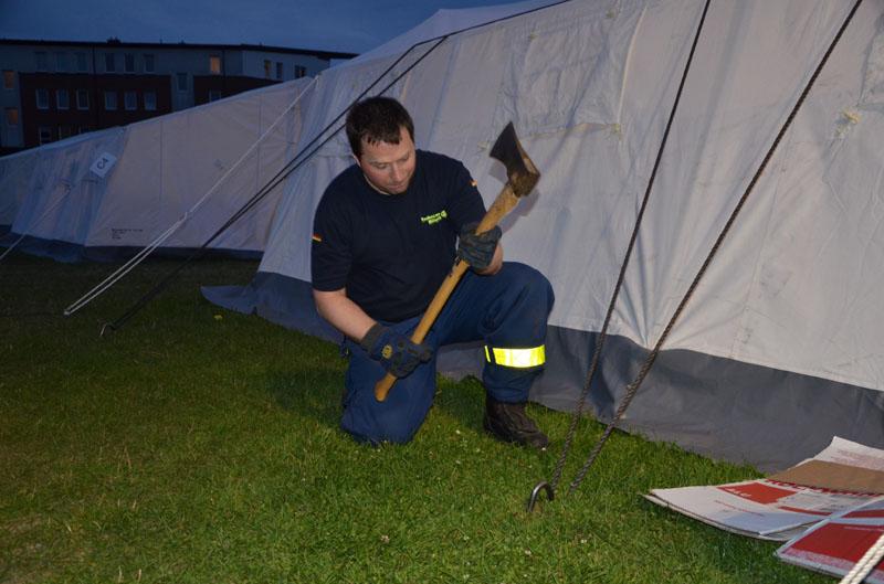 Am Freitag wurden die Zelte mit 4 Erdnägeln und zusätzlichen Seilen gegen die erwarteten Windböen zu sichern.