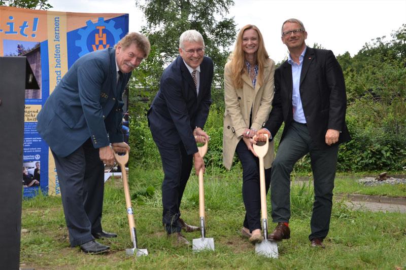 Ortsbeauftragter Dietwald Jager, Stefan Kortmann (BImA) und die Abgeordneten Dorothee Martin und Johannes Kahrs beim Spatenstich.
