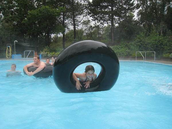 Das beheizte Freibad mit 23º C Wassertemperatur bot unseren Junghelfern viel Raum zum Austoben.