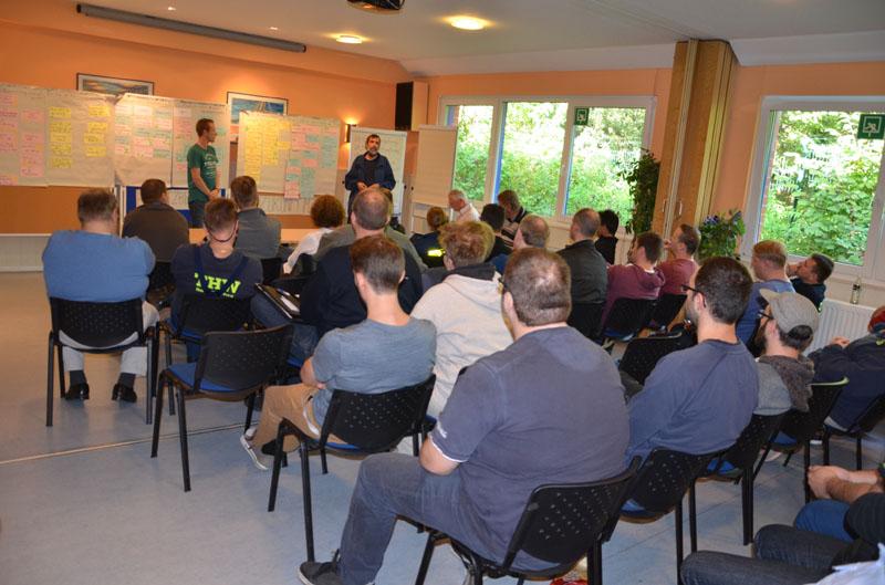 Die Ergebnisse der sechs einzelnen Workshops wurden mit allen Helfern besprochen.