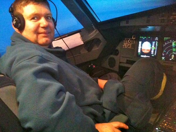 Im THW-Einsatzanzug im Cockpit.