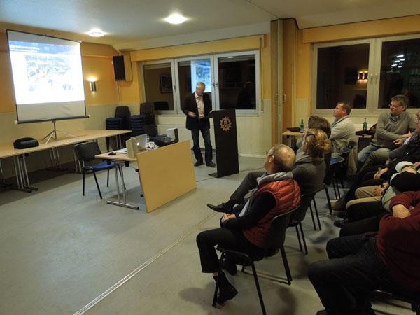 Dieter Buch, ehemaliger Ortsbeauftragter des Ortsverbandes Hamburg-Altona, berichtet zunächst vom Einsatz nach dem Erdbeben im Jahre 1982 in der Arabische Republik Jemen.