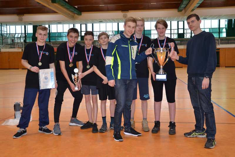Neben Urkunde und Siegerpokal erhielten wir auch den Wanderpokal bis zum nächsten Turnier.