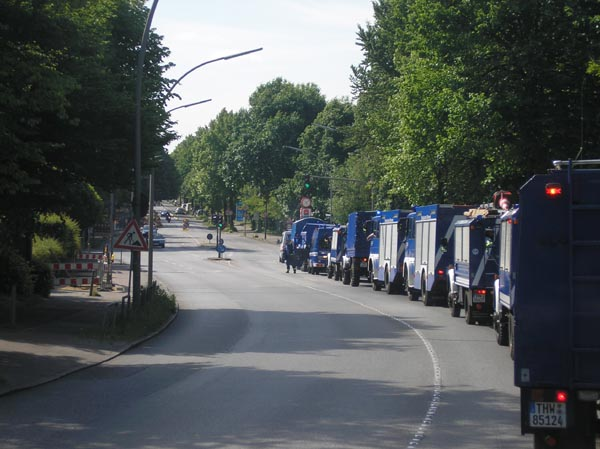 Mit einer Kolonne aus 14 Fahrzeugen wurde Klaus an seinem Haus abgeholt.
