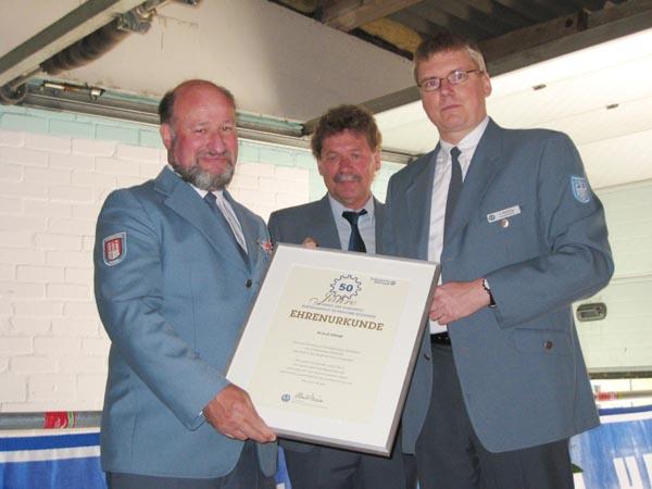 Geschäftsführer Jörg Behling übergab die Ehrenurkunde.