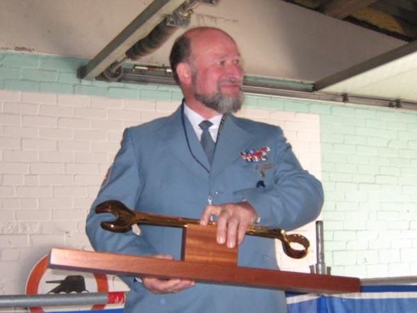 Klaus erhielt einen vergoldeten Schraubenschlüssel.