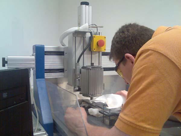 Jens Schlink graviert den Schraubenschlüssels.