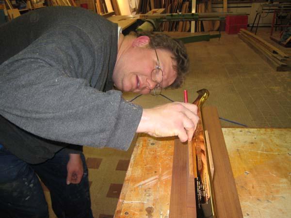 Thomas Döscher fertigt einen Ständer aus Mahagoni für den Schlüssel an.