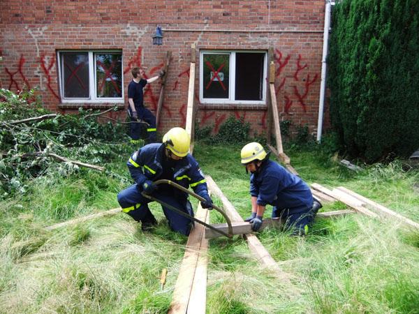 Eine durch die Explosion stark beschädigte Wand musste abgestützt werden.