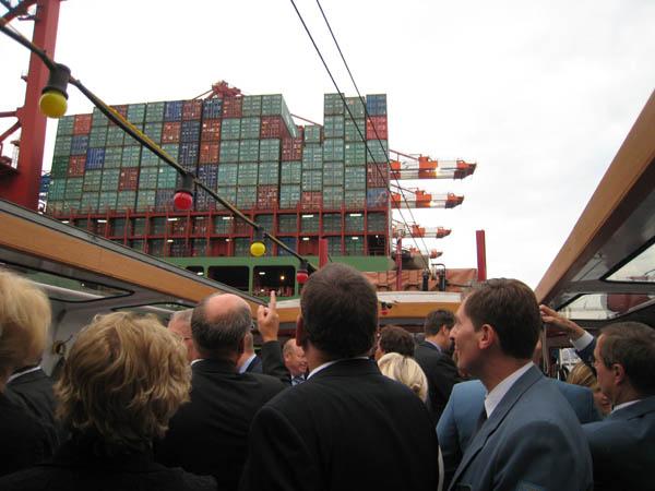 Vorbeifahrt an einem Containerschiff.
