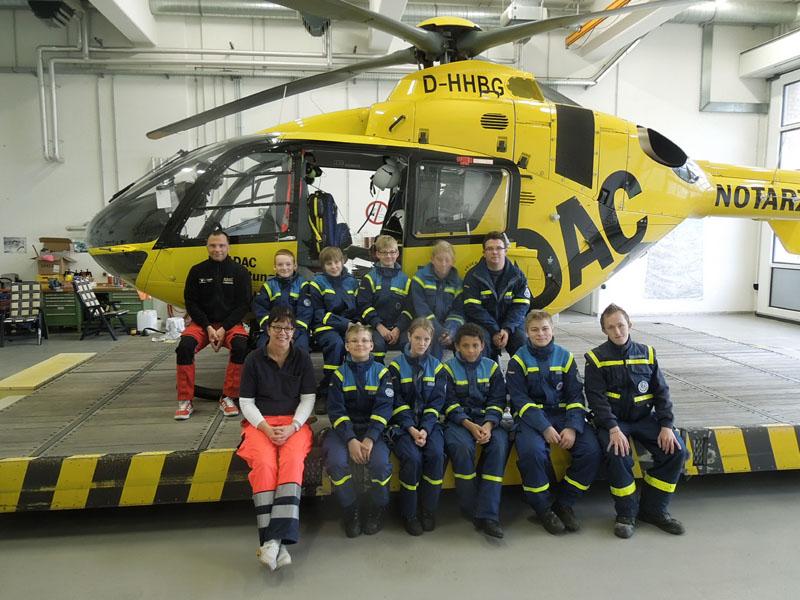 Zum Abschluss ein Gruppenfoto mit Pilot und Notärztin.