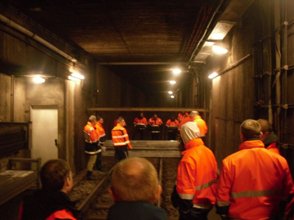 Die Hamburger Hochbahn hatte eine Abordnung des 1.TZ zur Beobachtung einer Übung zum Bau von Dammbalkensperren eingeladen.