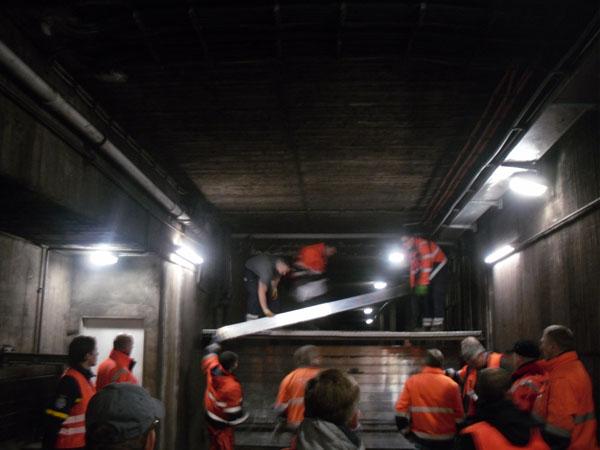 Die Mitarbeiter der Hochbahn bauten im Anschluss die Dammbalkensperre aus Aluminiumteilen im Tunnel auf.