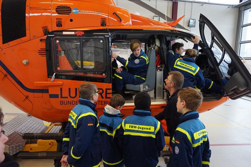 Herr Oberfeldarzt Dr. Finkemeyer erklärte uns den Hubschrauber und die Ausstattung.