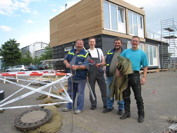 Unsere Spezialisten der Fachgruppe Infrastruktur vor dem VIP-Container.