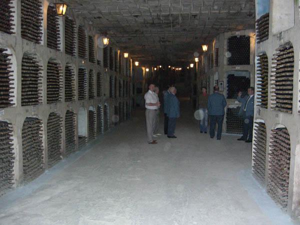 Ausflug in den größten Weinkeller der Welt nach Milesti Mici. Wir fahren mit einem Kleinbus in 60 bis 80 Meter Tiefe auf einer Straße von über 50 km länge an hunderten von Mannshohen Weinfässern und an über 2 Millionen Flaschen Wein vorbei.