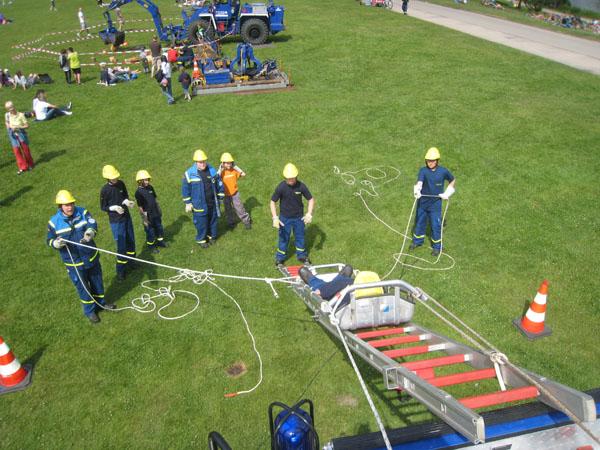 Unsere Jugendgruppe führte eine Einsatzübung vor, bei der eine verletzte Person vom Dach eines Gerätekraftwagens gerettet werden musste.