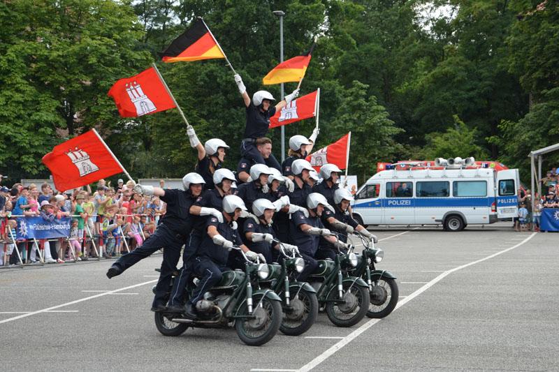 Auftritt der Polizei-Motorradstaffel.