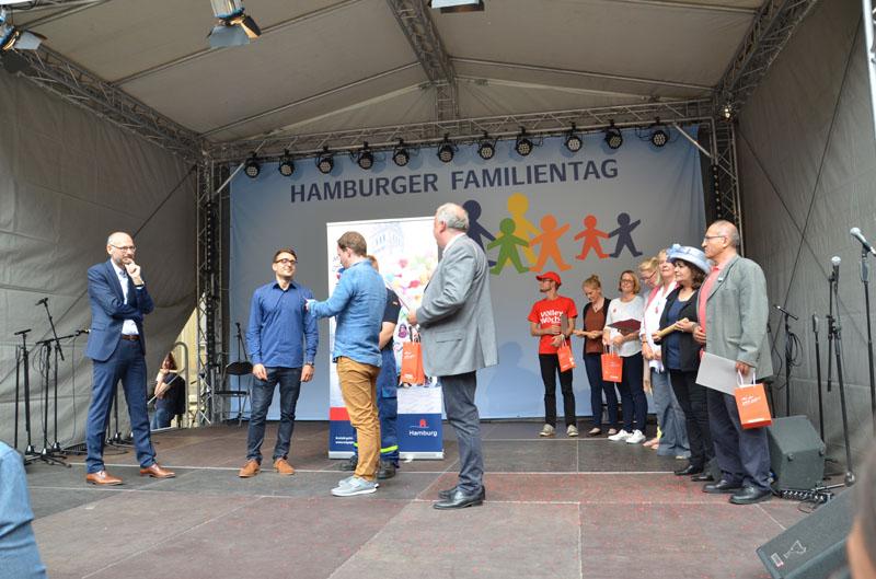 Die 4. Staffelstabübergabe der Ehrenamts-Aktion #MitDirGehtMehr fand beim Hamburger Familientag statt.