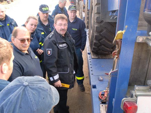 Auffrischung in Ladungssicherung durch einen Beamten der Polizei.