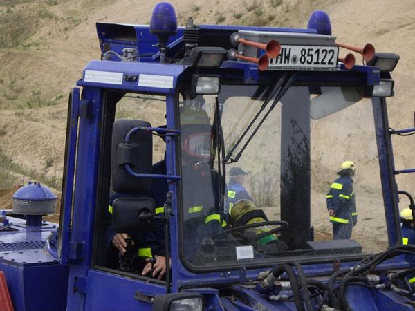 Zwei Helfer übten dabei mit schwerem Atemschutz auch das Arbeiten unter erschwerten Bedingungen.
