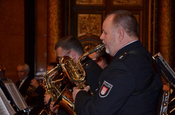"""Das Polizeiorchester Hamburg beeindruckte mit """"Olympic Theme und Fanfare"""" und """"Mission Impossible""""."""