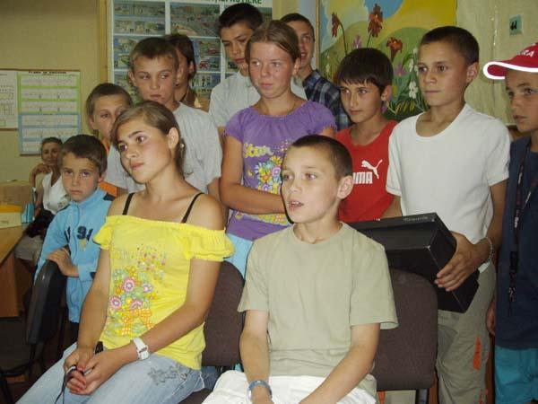 Die Kinder von Carpineni sprechen eine Videobotschaft an die Kinder der Schule Lutterothstraße in Hamburg.
