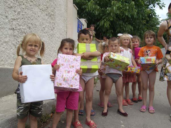 Verteilung von Wichtelpäckchen im Kinderheim von Frasinesti.