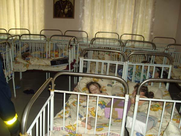 Im Kinderheim von Costuleni schlafen die Kleinen und wir legen leise jedem Kind ein Päckchen aufs Bett.