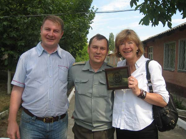 Marcel und Marlu mit dem Chef des Militärkrankenhauses.