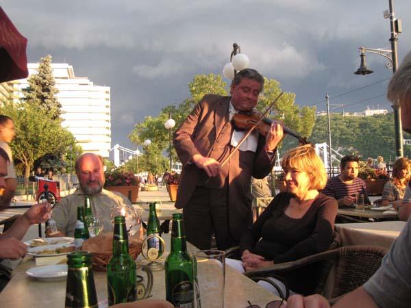 Abendessen mit Blick auf die Donau und die Burg von Buda.