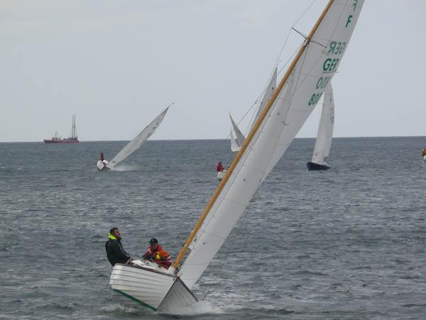 Kräftige Winde und hohe Wellen hatten einige Masten und Segel kräftig in Mitleidenschaft gezogen.