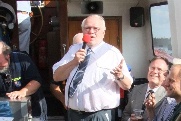 Berns Balzer, der Landessprecher für Hamburg, begrüßt die Gäste.