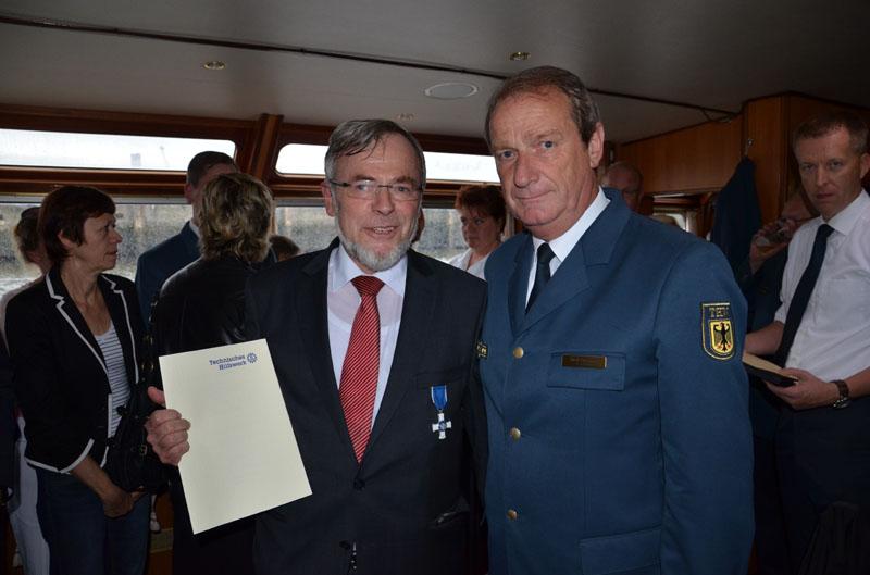 Volker Schiek, Staatsrat a.D. der Behörde für Inneres und Sport, wurde das Ehrenzeichen in Silber der Bundesanstalt Technisches Hilfswerk von THW-Vizepräsident Gerd Friedsam überreicht.