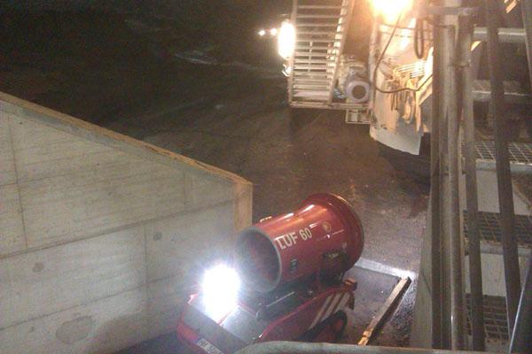 Die Feuerwehr hatte zwei schwere Entlüftungsgeräte in den Eingangsbereich zum Bunkerinneren in Stellung gebracht.