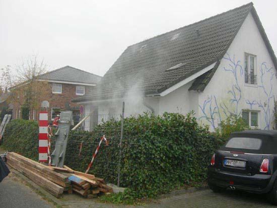 Es drang dichter Rauch aus dem Haus.