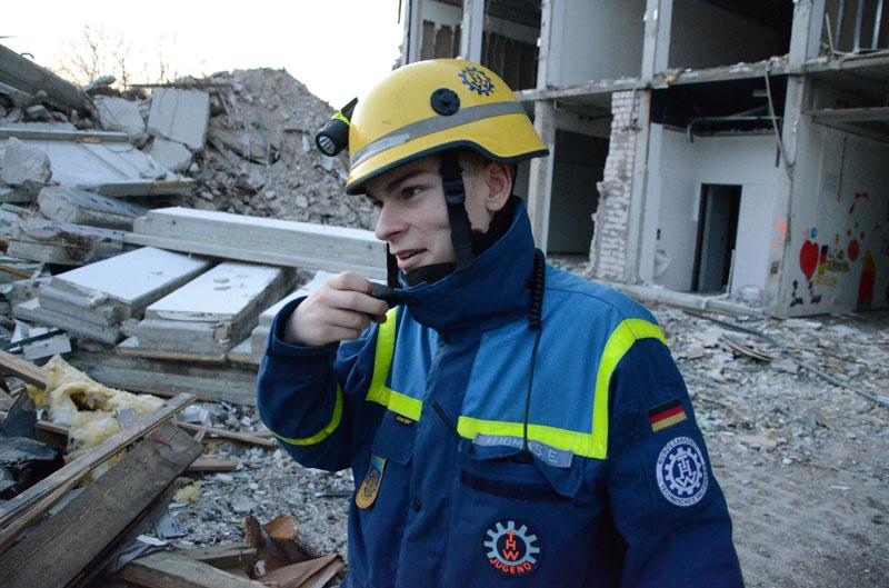 Thomas koordinierte alle Trupps per Funk und leitete den Einsatz vom Boden aus.