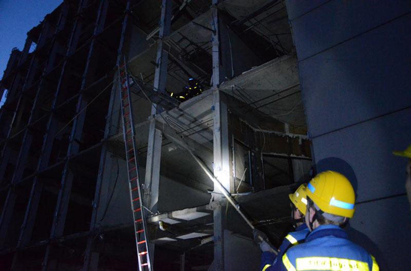 Für die Rettung wurde ein Leiterhebel verwendet und die Person sicher aus dem Gebäude gerettet.