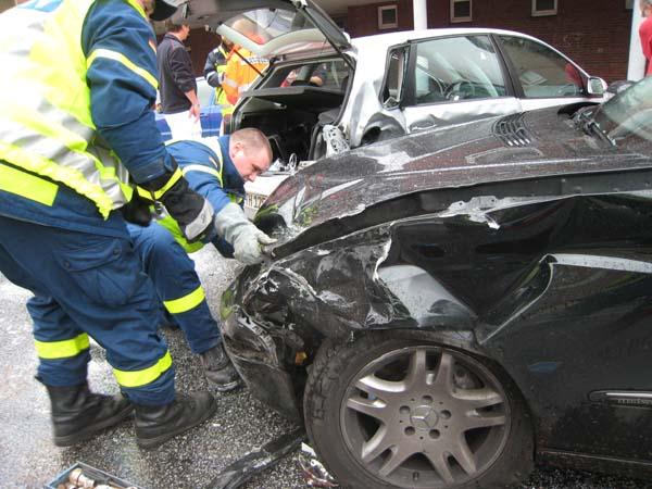 Nach den Eintreffen der Rettungswagen wurde damit begonnen, an den Unfallfahrzeugen die Batterien abzuklemmen.