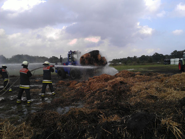 Die brennenden Rundballen wurden großflächig auseinander gefahren, um ein Ablöschen zu ermöglichen.