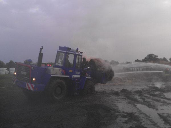 Die großen Mengen Löschwasser weichten den Boden stark auf, sodass die Brandstelle teilweise nicht mehr mit dem Radlader befahren werden konnte.