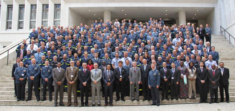Die mehr als 260 ehrenamtlichen THW-Einsatzkräfte sowie hauptamtliche Vertreterinnen und Vertreter, Botschafter und Arbeitgeber gemeinsam mit dem Innenminister auf der Freitreppe im Innenhof des Bundesinnenministeriums.