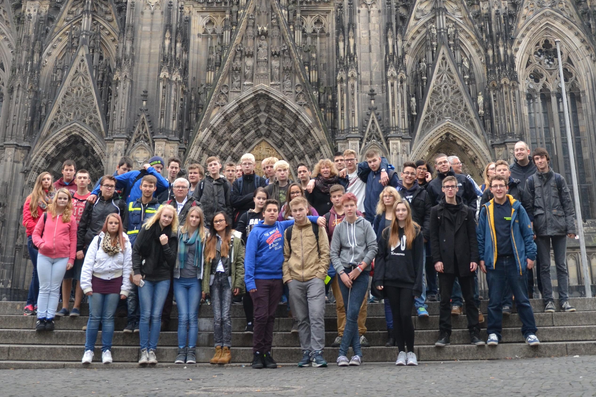 40 Junghelferinnen und Junghelfer aus den Ortsverbänden Bad Doberan, Husum, Itzehoe, Neumünster, Ratzeburg, Rostock, Wismar, Wolgast und Hamburg-Nord fuhren mit ihren Betreuern nach Köln.