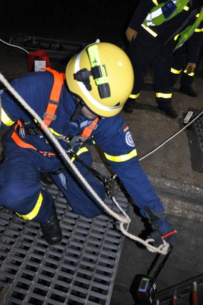 Das Multiwarngerät für gefährliche Gase wird an einer Leine herabgelassen um die Luftqualität zu prüfen.