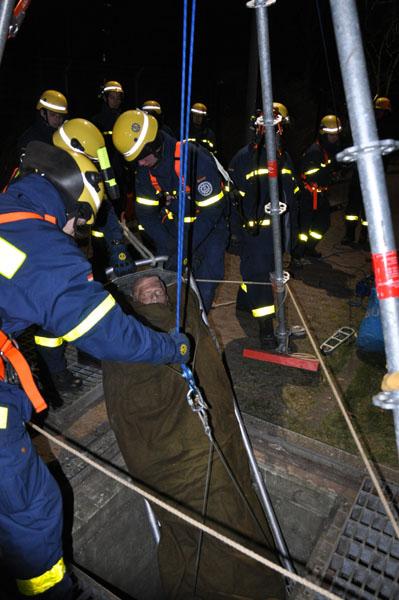 Mit Hilfe des EGS wird der Verletzte gerettet.