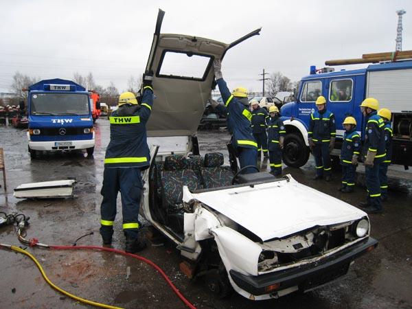 Mit dem hydraulischen Rettungsgerät wird ein PKW bearbeitet.