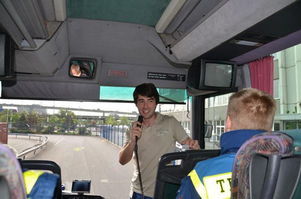 In Begleitung von drei Mechatroniker-Azubis wurde der Containerterminal mit dem THW-Bus erkundet.