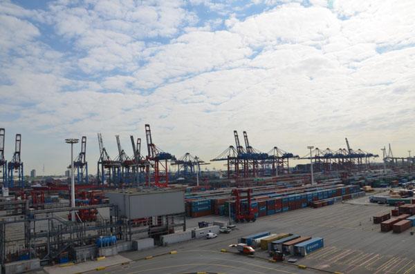 Der EUROGATE Containerterminal Hamburg liegt zentral im Waltershofer Hafen. An 365 Tagen im Jahr werden hier an sechs Großschiff-Liegeplätzen rund um die Uhr Containerschiffe abgefertigt.